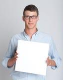 Νεαρός άνδρας που κρατά ένα κενό σημάδι Στοκ φωτογραφία με δικαίωμα ελεύθερης χρήσης