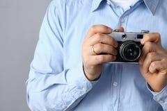 Νεαρός άνδρας που κρατά μια κάμερα Στοκ Εικόνα