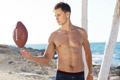 Νεαρός άνδρας που κρατά μια σφαίρα ράγκμπι Στοκ εικόνες με δικαίωμα ελεύθερης χρήσης