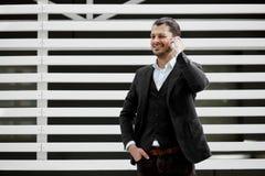 Νεαρός άνδρας που κρατά το κινητό τηλέφωνο, κάνοντας μια κλήση, που μιλά, Στοκ Εικόνες