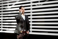 Νεαρός άνδρας που κρατά το κινητό τηλέφωνο, κάνοντας μια κλήση, που μιλά, Στοκ φωτογραφίες με δικαίωμα ελεύθερης χρήσης