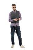 Νεαρός άνδρας που κρατά το κυψελοειδές έξυπνο τηλέφωνο εξετάζοντας τη κάμερα Στοκ Φωτογραφία
