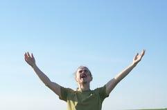 Νεαρός άνδρας που κραυγάζει με τις ανοικτές αγκάλες Στοκ Φωτογραφίες