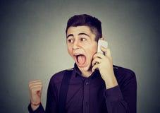 0 νεαρός άνδρας που κραυγάζει στο κινητό τηλέφωνο Στοκ εικόνα με δικαίωμα ελεύθερης χρήσης