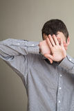 Νεαρός άνδρας που κρύβει το πρόσωπό του με τα χέρια Στοκ φωτογραφίες με δικαίωμα ελεύθερης χρήσης