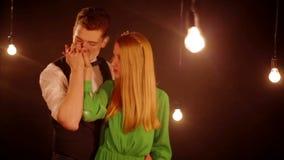 Νεαρός άνδρας που κτυπά και που φιλά ήπια τη φίλη απόθεμα βίντεο