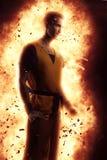 Νεαρός άνδρας που μετατρέπεται σε έξοχο ήρωα Νεαρός άνδρας που δημιουργεί μια έκρηξη Στοκ φωτογραφίες με δικαίωμα ελεύθερης χρήσης