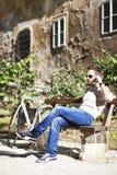 Νεαρός άνδρας που μιλά στο τηλέφωνο Στοκ Εικόνες