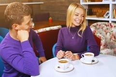 Νεαρός άνδρας που μιλά με μια γυναίκα Στοκ εικόνα με δικαίωμα ελεύθερης χρήσης