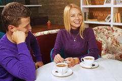 Νεαρός άνδρας που μιλά με μια γυναίκα Στοκ φωτογραφίες με δικαίωμα ελεύθερης χρήσης