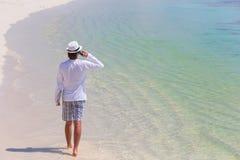 Νεαρός άνδρας που μιλά με τηλέφωνο κυττάρων στην τροπική παραλία Στοκ εικόνες με δικαίωμα ελεύθερης χρήσης