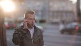 Νεαρός άνδρας που μιλά στο τηλέφωνο στην οδό απόθεμα βίντεο