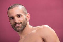 Νεαρός άνδρας που ο ρόδινος γυμνόστηθος υποβάθρου όμορφος Στοκ Εικόνες