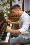 Νεαρός άνδρας που παίζει το κλασσικό πιάνο, να φωνάξει Στοκ Εικόνες