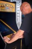 Νεαρός άνδρας που παίζει arcade Στοκ φωτογραφία με δικαίωμα ελεύθερης χρήσης