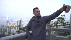 Νεαρός άνδρας που παίρνει τη φωτογραφία μόνος-πορτρέτου Όμορφος νέος πολυφυλετικός τουρίστας φιλμ μικρού μήκους