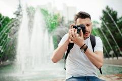 Νεαρός άνδρας που παίρνει τη φωτογραφία Στοκ εικόνα με δικαίωμα ελεύθερης χρήσης