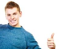 Νεαρός άνδρας που παρουσιάζει αντίχειρα επάνω στη χειρονομία σημαδιών χεριών Στοκ εικόνα με δικαίωμα ελεύθερης χρήσης