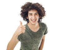 Νεαρός άνδρας που παρουσιάζει ΕΝΤΑΞΕΙ σημάδι με τον αντίχειρά του επάνω Στοκ Εικόνες