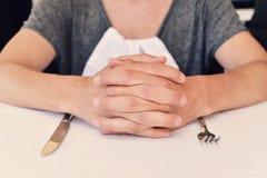 Νεαρός άνδρας που περιμένει τα τρόφιμα Στοκ φωτογραφία με δικαίωμα ελεύθερης χρήσης
