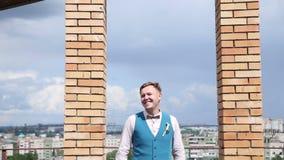 Νεαρός άνδρας που περιμένει την ημερομηνία του στη στέγη απόθεμα βίντεο