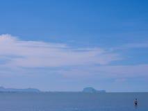 Νεαρός άνδρας που περπατά στη θάλασσα στοκ εικόνα
