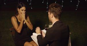 Νεαρός άνδρας που προτείνει σε μια πανέμορφη νέα γυναίκα απόθεμα βίντεο