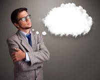 Νεαρός άνδρας που σκέφτεται για την ομιλία σύννεφων Στοκ εικόνες με δικαίωμα ελεύθερης χρήσης