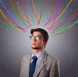 Νεαρός άνδρας που σκέφτεται με τις ζωηρόχρωμες αφηρημένες γραμμές εναέριες Στοκ Εικόνα