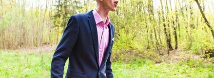 Νεαρός άνδρας που στέκεται μόνο στα ξύλα και να φωνάξει Στοκ Εικόνες