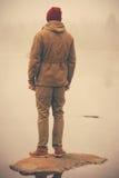 Νεαρός άνδρας που στέκεται μόνο υπαίθριο Στοκ εικόνες με δικαίωμα ελεύθερης χρήσης