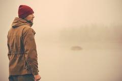 Νεαρός άνδρας που στέκεται μόνο υπαίθριο Στοκ Εικόνα