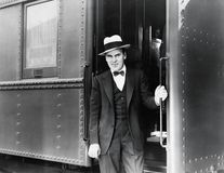 Νεαρός άνδρας που στέκεται στην είσοδο ενός τραίνου (όλα τα πρόσωπα που απεικονίζονται δεν ζουν περισσότερο και κανένα κτήμα δεν  στοκ φωτογραφία