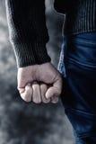Νεαρός άνδρας που σφίγγει την πυγμή του Στοκ φωτογραφία με δικαίωμα ελεύθερης χρήσης