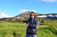Νεαρός άνδρας που ταξιδεύει στο χειμερινό βουνό Στοκ φωτογραφίες με δικαίωμα ελεύθερης χρήσης