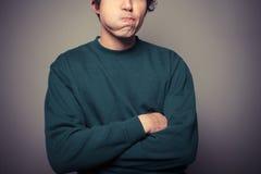 Νεαρός άνδρας που τραβά τα ανόητα πρόσωπα Στοκ φωτογραφία με δικαίωμα ελεύθερης χρήσης