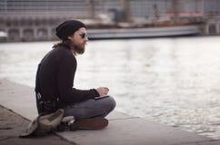 Νεαρός άνδρας που φαίνεται η θάλασσα Στοκ Εικόνα