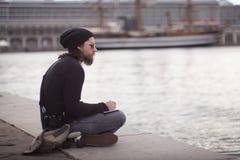 Νεαρός άνδρας που φαίνεται η θάλασσα Στοκ φωτογραφίες με δικαίωμα ελεύθερης χρήσης
