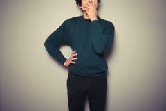 Νεαρός άνδρας που φαίνεται νευρικός Στοκ φωτογραφίες με δικαίωμα ελεύθερης χρήσης