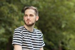 Νεαρός άνδρας που φαίνεται λοξά υπαίθρια ανώτερος πυροβολισμός σωμάτων Στοκ Φωτογραφία