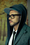 Νεαρός άνδρας που φορά τα γυαλιά και ένα hoodie Στοκ Εικόνες
