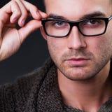 Νεαρός άνδρας που φορά τα γυαλιά Στοκ Εικόνες