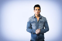 Νεαρός άνδρας που φορά το πουκάμισο τζιν, χέρια που ενώνονται από κοινού Στοκ Εικόνες
