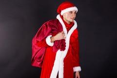 Νεαρός άνδρας που φορά όπως Άγιο Βασίλη. Στοκ Φωτογραφία