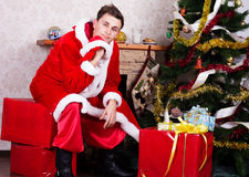 Νεαρός άνδρας που φορά όπως Άγιο Βασίλη. Στοκ εικόνα με δικαίωμα ελεύθερης χρήσης