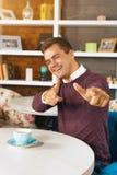 Νεαρός άνδρας που χαμογελά και που δείχνει σε σας και με τα δύο χέρια Στοκ εικόνα με δικαίωμα ελεύθερης χρήσης