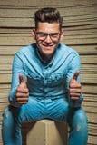 Νεαρός άνδρας που χαμογελά στο στούντιο παρουσιάζοντας θετική χειρονομία Στοκ Εικόνα