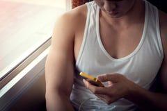 Νεαρός άνδρας που χρησιμοποιεί ένα κινητό τηλέφωνο με το μήνυμα Στοκ εικόνα με δικαίωμα ελεύθερης χρήσης