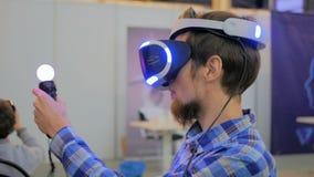 Νεαρός άνδρας που χρησιμοποιεί τα γυαλιά εικονικής πραγματικότητας VR στοκ εικόνες με δικαίωμα ελεύθερης χρήσης