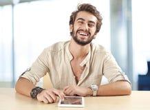 Νεαρός άνδρας που χρησιμοποιεί την ψηφιακή ταμπλέτα Στοκ Εικόνες